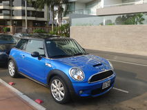 Mini Cooper S blauw en zwart in Barranco, Lima Royalty-vrije Stock Fotografie