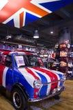 Mini Cooper schilderde met de vlag van Engeland Stock Fotografie