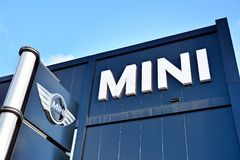 Mini Cooper Showroom Sinal do logotipo foto de stock royalty free