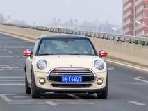 Mini Cooper sur la rue, Pékin, Chine Photographie stock