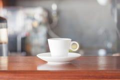Mini copo de café branco na cafetaria Fotografia de Stock