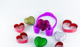 Mini corazones en la mano plástica superior en el fondo blanco fotografía de archivo libre de regalías