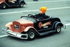 Mini-Corredor en el desfile de Toronto Papá Noel foto de archivo