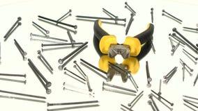 Mini cortadores com o punho amarelo, cinzento no branco video estoque
