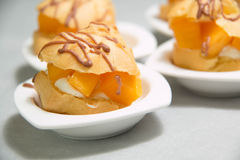 Mini Cream Puffs fresco doce, Profiterole foto de stock