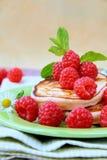 Mini crepes con las frambuesas frescas maduras Imagen de archivo