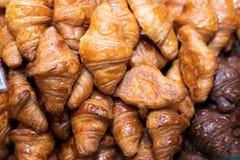 Mini Croissant ha cotto e aspetta per la vendita in bekery immagine stock