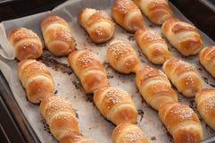 Mini croissants avec du fromage et le sésame Photo libre de droits