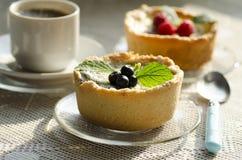Mini crostate della bacca con una tazza di caffè Immagine Stock