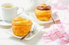 Mini cruffin (croissant et petit pain) dans le plat blanc avec la tasse de thé Images libres de droits