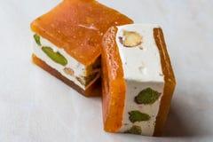 Mini Cube Helva o Halva con sabor del pistacho y del albaricoque Imágenes de archivo libres de regalías