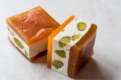 Mini Cube Helva oder Halva mit Pistazien-und Aprikosen-Aroma Stockfotos
