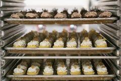 Mini Cupcakes auf Behältern Lizenzfreies Stockbild