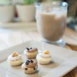 Mini Cupcakes con caffè ghiacciato fotografia stock libera da diritti