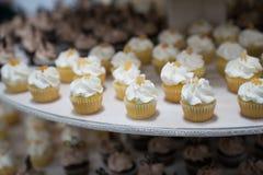 Mini Cupcakes na exposição Fotos de Stock