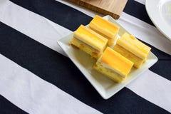 Mini cytryny cheesecake na białym talerzu obraz stock