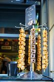 Mini dessert délicieux de gaufres avec des variétés d'écrimage sur des bâtons se vendant devant la boutique de crème glacée  Photographie stock libre de droits