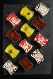 Mini dessert del dessert, di tiramisù, del cioccolato e della fragola su fondo scuro fotografia stock