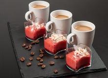 Mini dessert e caffè su fondo scuro fotografia stock libera da diritti