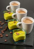 Mini dessert e caffè su fondo scuro fotografie stock