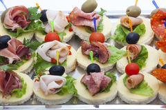 Mini desserts d'apéritifs sur le buffet de restauration Images stock