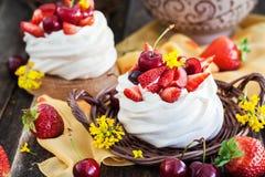 Mini dolce delizioso della meringa di Pavlova decorato con berrie fresco fotografie stock libere da diritti