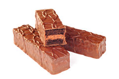 Mini dolci di cioccolato coperti di salsa di fondente, fondo bianco Fotografia Stock