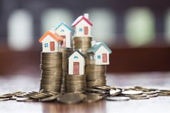 Mini dom na stercie monety, pieniądze i domu, nieruchomość inwestuje zdjęcie stock
