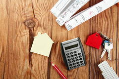 Mini dom, nakreślenie, klucze i kalkulator na stole, Fotografia Royalty Free