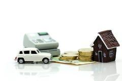 Mini dom z stertą monety i samochód oszczędzanie i inwestować mone, Obrazy Stock