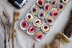 Mini Donuts com câmera e a folha seca foto de stock