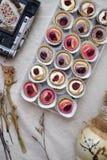 Mini Donuts com câmera e a folha seca imagens de stock royalty free