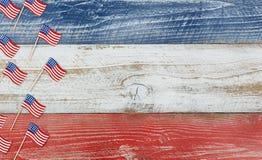 Mini drapeaux des Etats-Unis sur les conseils en bois rustiques peints dans la couleur nationale Photographie stock