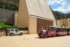Mini- drev som framme rider av den nya Landtag byggnaden Stad av Vaduz, Liechtenstein royaltyfri foto