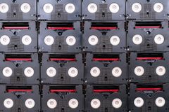 Mini DV enregistreurs à cassettes du cru utilisés pour filmer de retour dans un jour Modèle fait de petites cassettes vidéo magné images stock