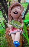 Mini dziewczyny statuaryczny obsiadanie na karczu zdjęcia stock