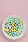 Mini Easter ägg på plattan i vertikalt format Arkivbilder