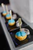 Mini Eclair Glazurujący z Błękitnym koloru cukierem słuzyć z Słodkim przyduszenie taro i Czarnym sezamem Obraz Stock