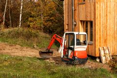 Mini ekskawator na placu budowy Podkopowa praca Ekskawator pracy w ogródzie Zdjęcia Stock