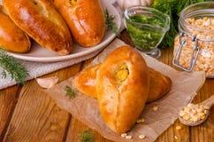 Mini empanadas tradicionales de la levadura rusa y ucraniana con los guisantes y la salsa de ajo fotos de archivo libres de regalías