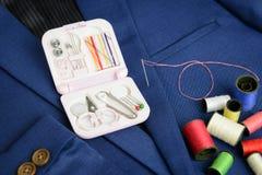 Mini equipo de costura y bobina del hilo Fotos de archivo