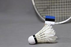 Mini Estonia flagi kij na białym shuttlecock na popielatym tle za ostrości badminton kancie i zdjęcie stock