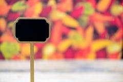 Mini etiqueta de madera de la pizarra sobre fondo de las pimientas de chiles Fotos de archivo libres de regalías