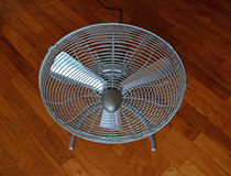 Mini fan portatile del pavimento del ventilatore sulla pavimentazione di parquet diagonale Fotografia Stock