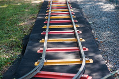 Mini ferrocarril de los niños con las bóvedas coloridas al aire libre Foto de archivo