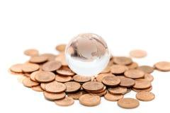 Mini fine di vetro del globo su con la pila di monete facendo uso come di backgroun Immagini Stock