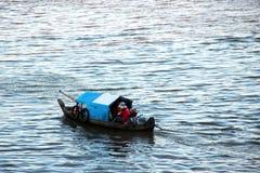 Mini Fishing Vessels på Tonle underminerar sjön Royaltyfria Bilder