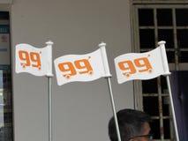 Mini Flags On 99 hastighet Mart Trolleys arkivbilder