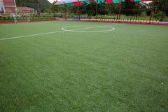 Mini Football Goal On An konstgjort gräs Inom av inomhus fotbollfält Arkivfoton