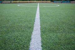 Mini Football Goal On An konstgjort gräs Inom av inomhus fotbollfält Mini- fotbollsarenamitt mitt a för fotbollfält Royaltyfria Bilder